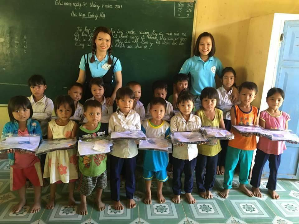 CLB Hội người Quảng Nam tặng quà cho học sinh xã Trà Tập (Nam Trà My) trước năm học mới. ảnh: N.N