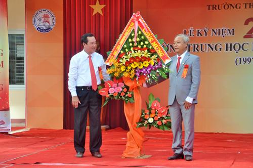 Phó Chủ tịch Thường trực UBND tỉnh Huỳnh Khánh Toàn tặng lẵng hoa chúc mừng 20 năm thành lập. Ảnh: X.Phú
