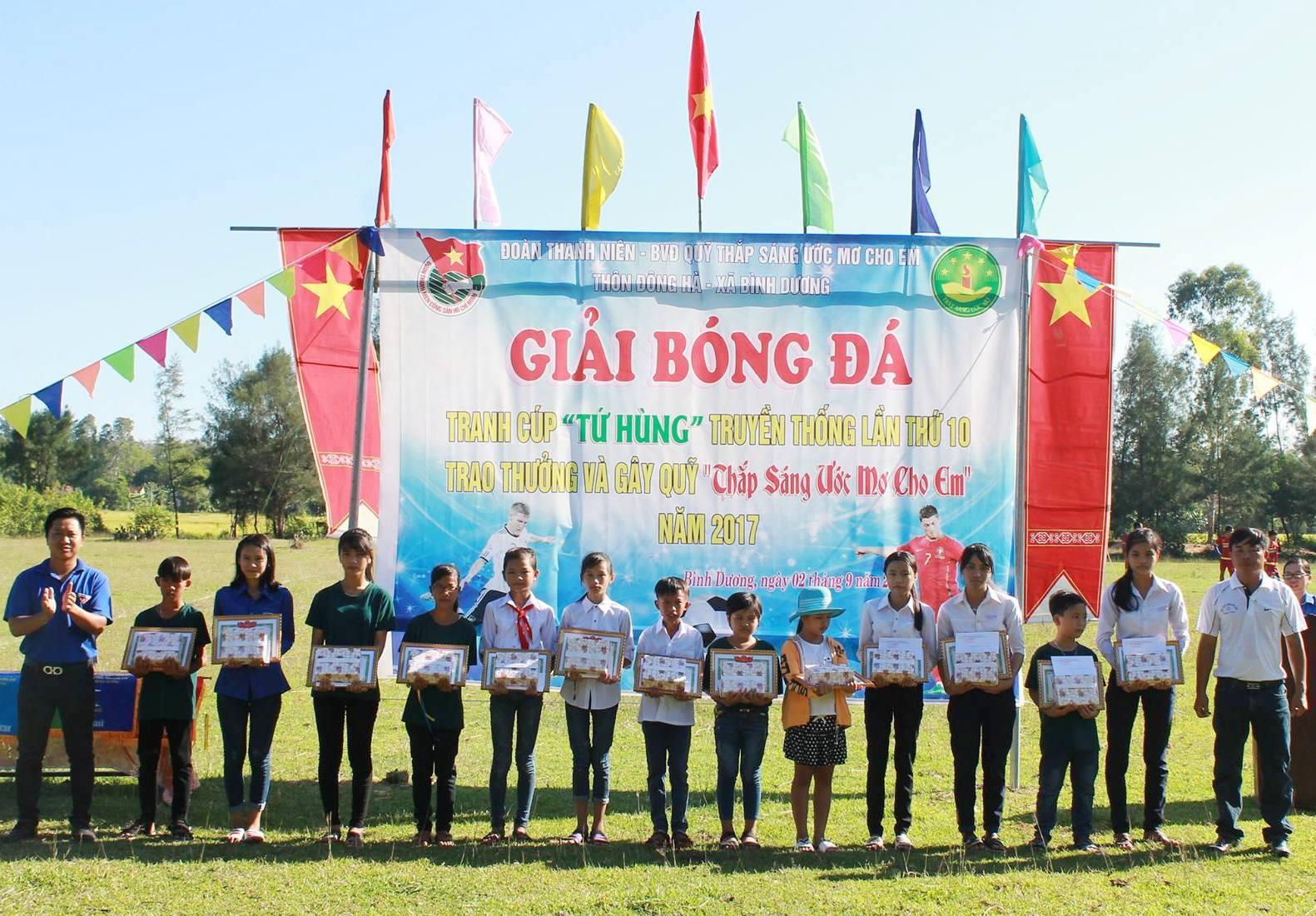 Đoàn thanh niên và Ban vận động Quỹ Thắp sáng ước mơ cho em thôn Đông Hà trao thưởng cho các em học sinh khó khăn.