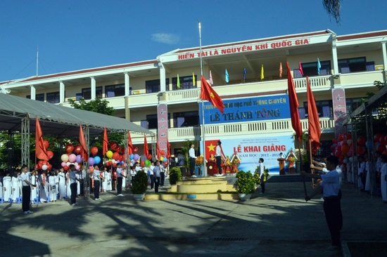 Thượng cờ chào mừng năm học mới