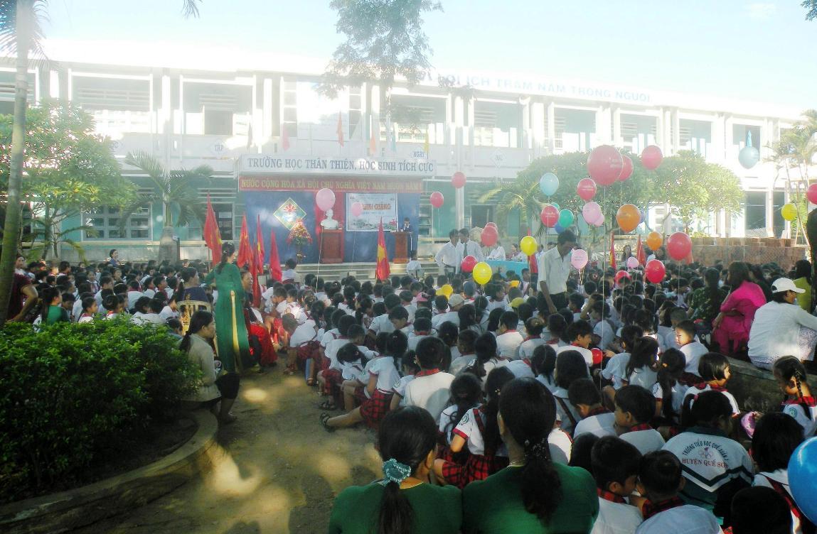 Thầy và trò Trường Tiểu học Quế Xuân 1 (huyện Quế Sơn) hân hoan đón chào năm học mới. Ảnh: VĂN SỰ