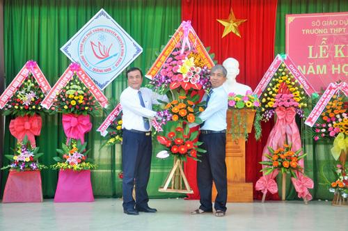 Ủy viên Trung ương Đảng, Phó Bí thư Thường trực Tỉnh ủy Phan Việt Cường tặng hoa cho nhà trường nhân khai giảng năm học mới. Ảnh: X.Phú