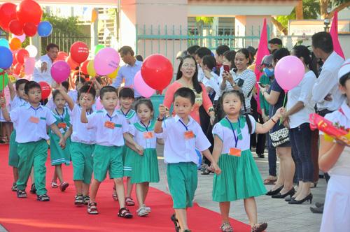 Đón HS mới vào trường tại Trường Tiểu học Nguyễn Văn Trỗi (Tam Kỳ). Ảnh: X.Phú