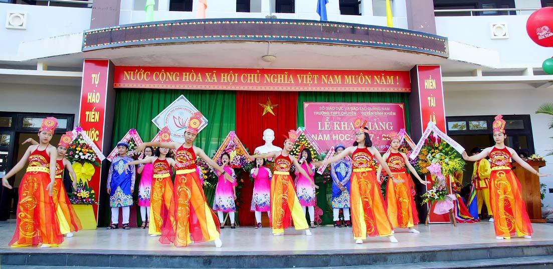 Một tiết mục văn nghệ của Trường THPT chuyên Nguyễn Bỉnh Khiêm. ảnh PHƯƠNG THẢO.