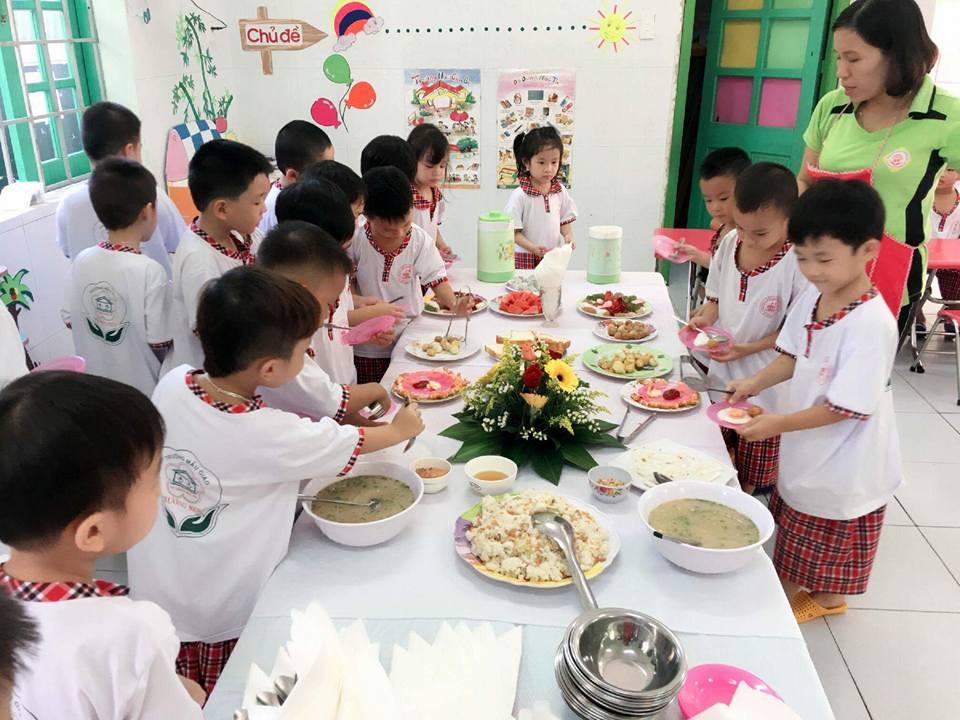 Học sinh Trường Mẫu giáo Hương Sen (Tam Kỳ) hào hứng với tiệc buffet sau lễ khai giảng. ảnh: C.N