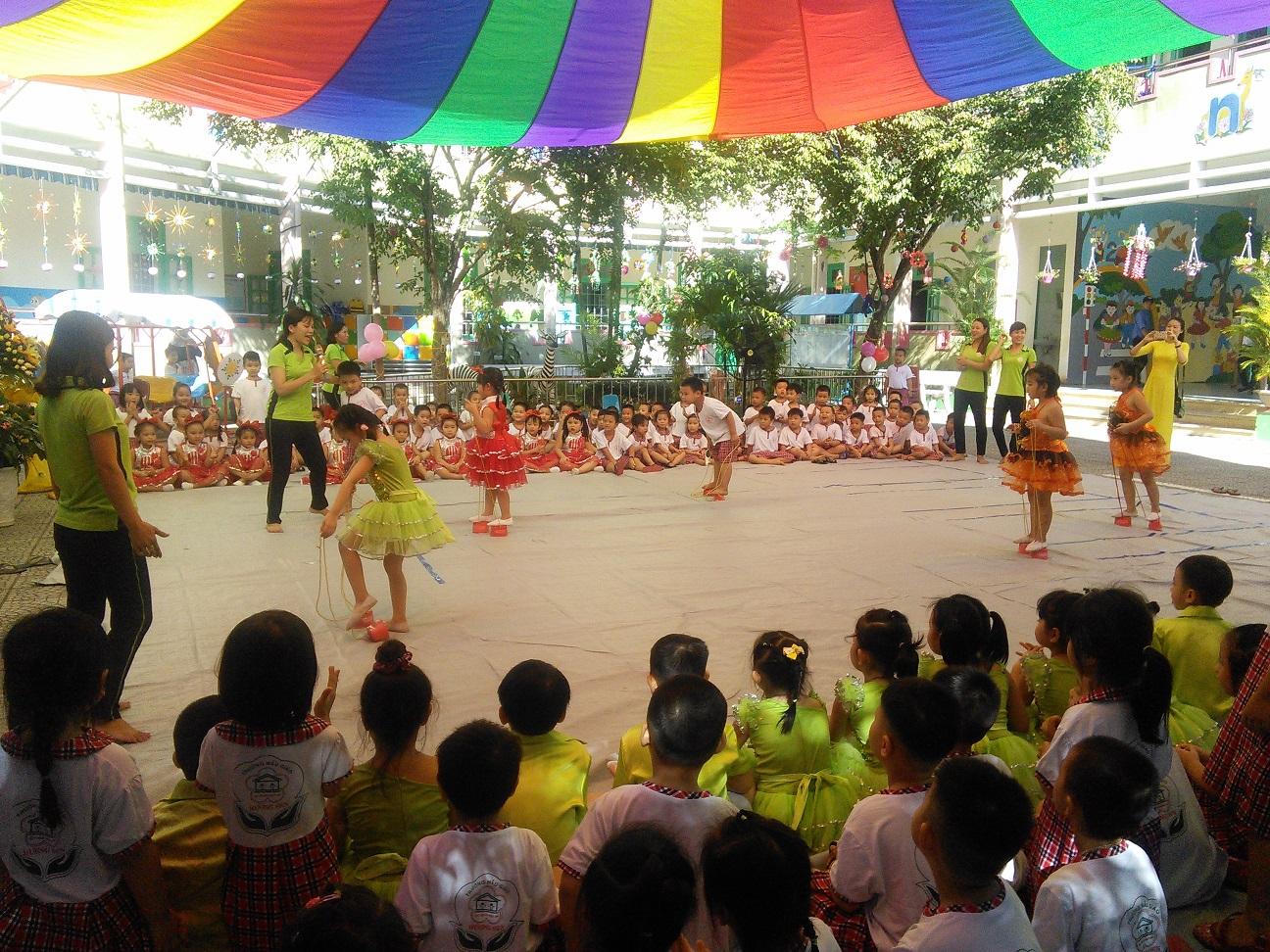 Hầu hết các trường mầm non đều tổ chức trò chơi cho trẻ sau lễ khai giảng. ảnh: C.N