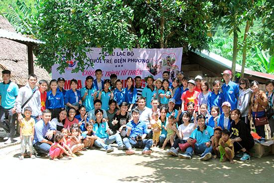 Câu lạc bộ tuổi trẻ xã Điện Phương tình nguyện về thôn Zà Há, xã Jơ Ngây (Đông Giang).    Ảnh: H.CÔNG