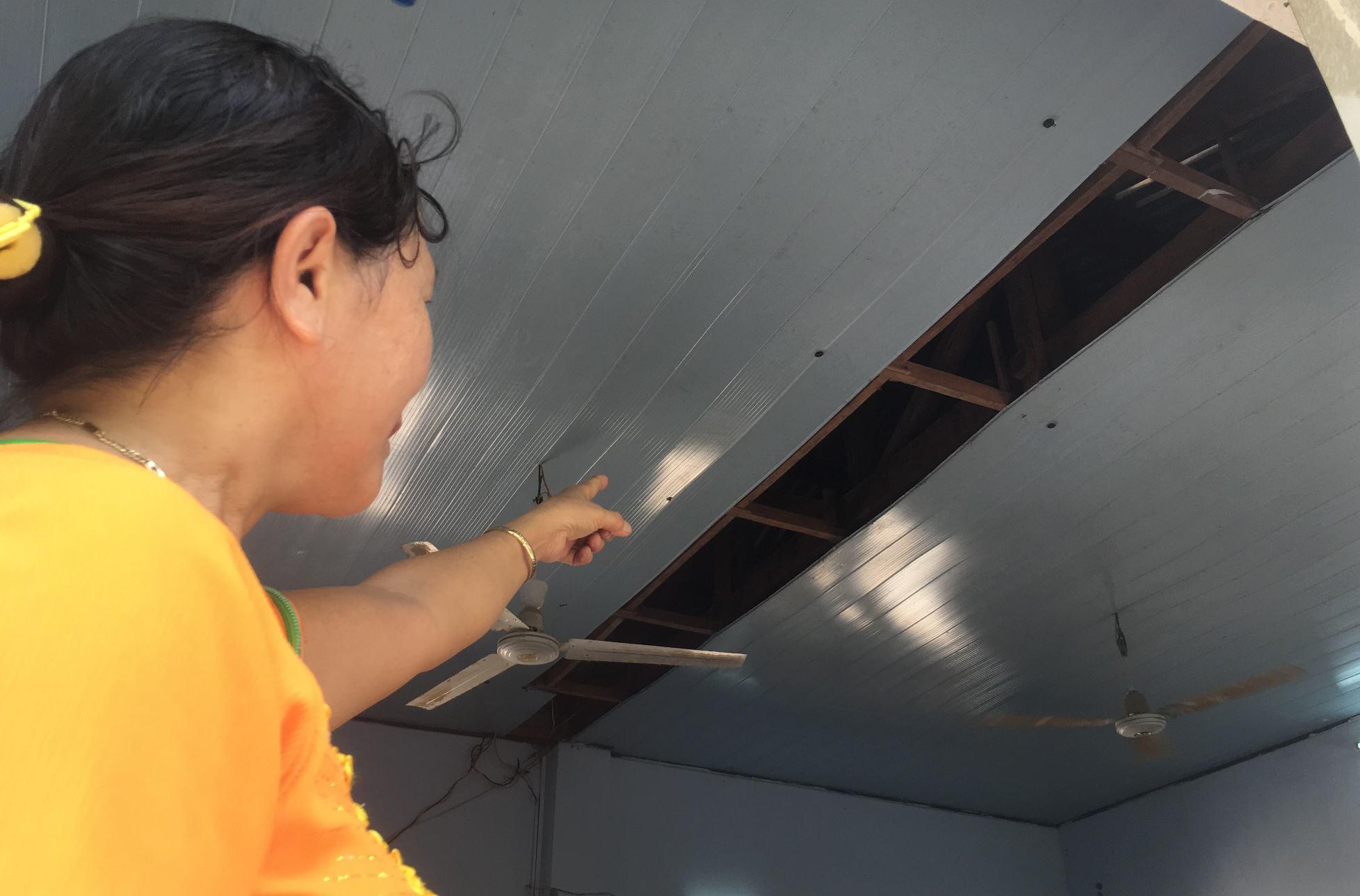 La phông phòng học bị hở, để lộ phần gỗ bị mối ăn bên trong. Ảnh: PHAN VINH