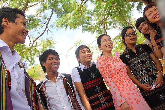 Niềm vui của cô và trò Trường Phổ thông Dân tộc nội trú tỉnh trong ngày khai giảng năm học mới. Ảnh: ALĂNG NGƯỚC