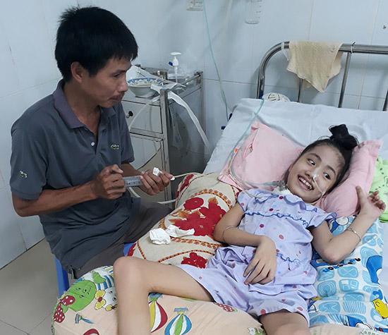 Anh Vĩnh bơm thức ăn, nước uống trực tiếp vào dạ dày cho bé Tiên hằng ngày. Ảnh: X.T