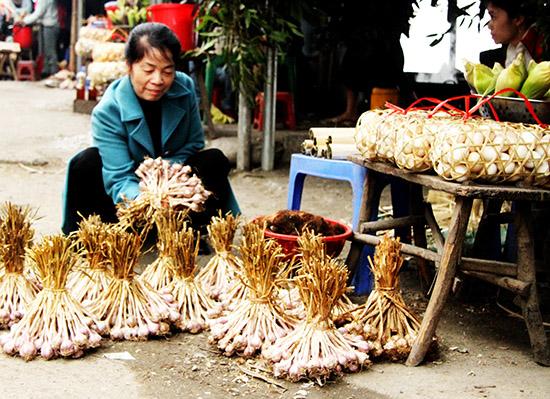 Một du khách mua tỏi ở chợ. Ảnh: K.V.T