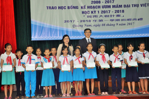 Trao học bổng Ươm mầm đại thụ Việt Nam năm học 2017-2018 cho học sinh. Ảnh: X.Phú.