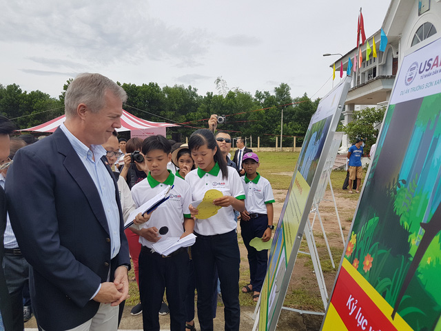 American Ambassador to Vietnam Ted Osius visits elephant exhibition in Nong Son district. Photo. Dantri.com.vn