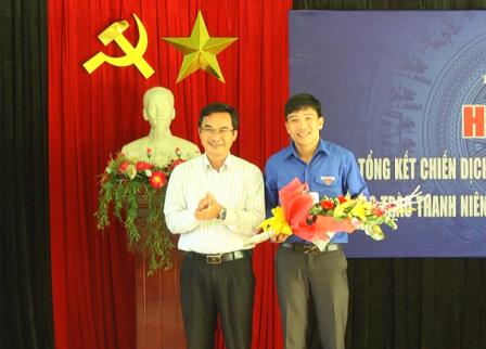 Phó Chủ tịch Thường trực Ủy ban MTTQ Việt Nam tỉnh Nguyễn Phi Hùng tặng hoa chúc mừng anh Nguyễn Xuân Đức. Ảnh: H.A