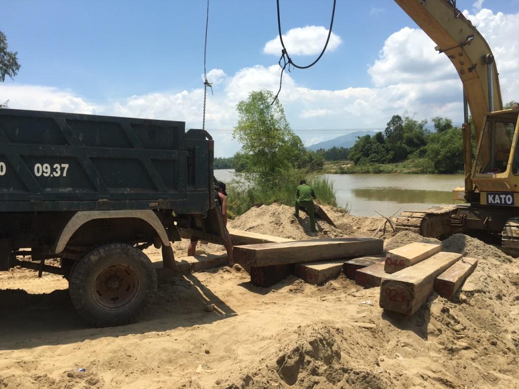 Cơ quan chức năng trục vớt số gỗ tang vật. Ảnh: CSGT cung cấp