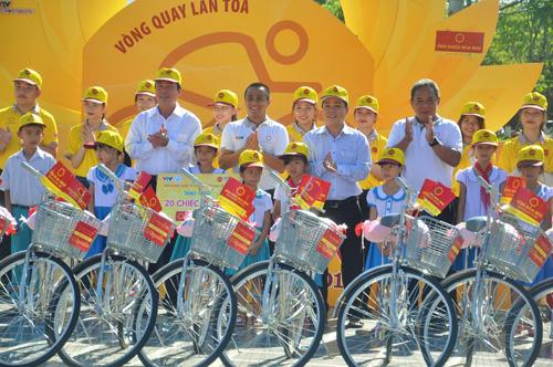 Ban tổ chức giải trao xe đạp cho 20 học sinh nghèo vượt kho của Quảng Nam. Ảnh: T.Vy