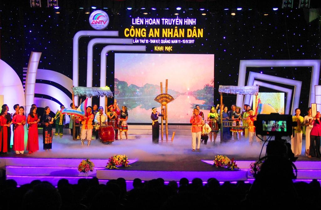 Tiết mục biểu diễn dân ca bài chòi Quảng Nam mở màn đêm khai mạc Liên hoan Truyền hình CAND lần thứ XI - 2017. Ảnh: ALĂNG NGƯỚC