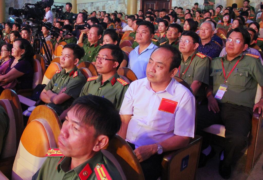 Đông đảo người dân và các chiến sĩ công an tham dự đêm khai mạc liên hoan. Ảnh: ALĂNG NGƯỚC