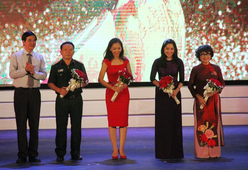 Bí thư Tỉnh ủy Nguyễn Ngọc Quang tặng hoa cho đại diện ban giám khảo. Ảnh: ALĂNG NGƯỚC