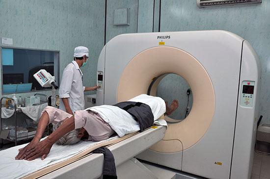 Việc lập hồ sơ với những bệnh phức tạp sẽ gặp nhiều khó khăn. TRONG ẢNH: Bệnh nhân sử dụng dịch vụ kỹ thuật trong khám, chữa bệnh. (ảnh minh họa)Ảnh:D.LỆ