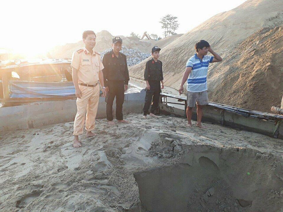 Tàu hút cát lậu bị bắt giữ. Ảnh: CA cung cấp