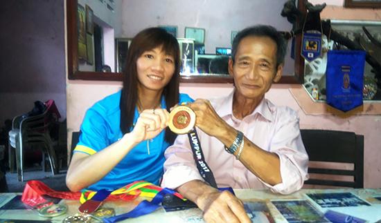 Trang và cha chia sẻ vinh quang.ảnh: Hoàng Liên
