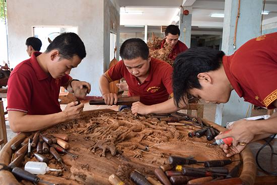 Nhiều sản phẩm làng nghề của Quảng Nam được mở rộng thị trường nhờ các chính sách hỗ trợ của tỉnh.  Trong ảnh: Sản xuất gỗ mỹ nghệ ở Công ty TNHH Gỗ nghệ thuật Âu Lạc. Ảnh: T.DŨNG