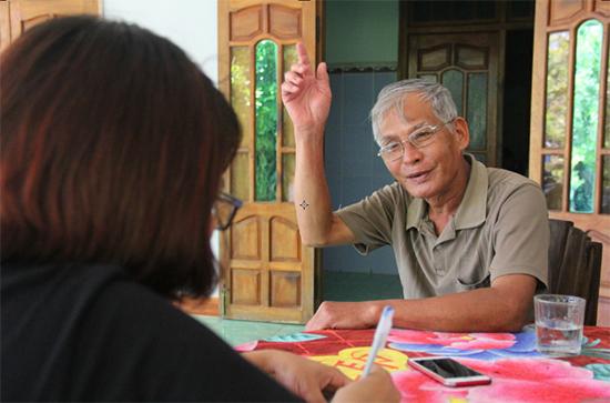 Ông Trương Đình Hòe - người du kích năm xưa kể với phóng viên chuyện thời đánh Mỹ, lúc ông tuổi vừa chớm đôi mươi. Ảnh: ĐĂNG QUÂN