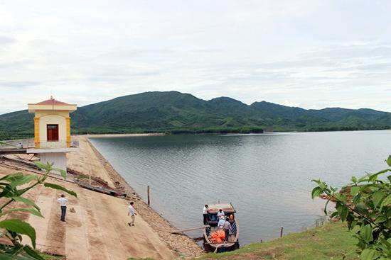 Một góc hồ Khe Tân. Ảnh: NHẬT DUY