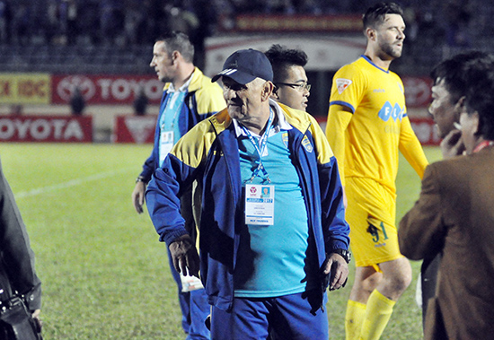 HLV Petrovic cùng FLC Thanh Hóa bị vấp ngã trong trận đấu đầu tiên khi V-Lague trở lại.