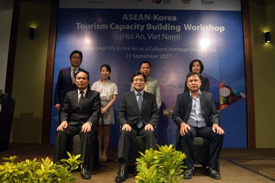 Các đại diện Hàn Quốc và Quảng Nam chụp ảnh lưu niệm tại hội thảo