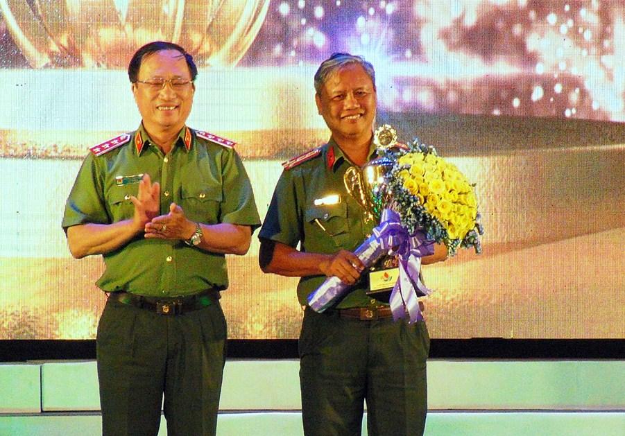 Thượng tướng Nguyễn Văn Thành - Thứ trưởng Bộ Công an trao chiếc cúp đoạt giải Nhất toàn đoàn cho đơn vị ANTV TP.Đà Nẵng. Ảnh: C.Đ