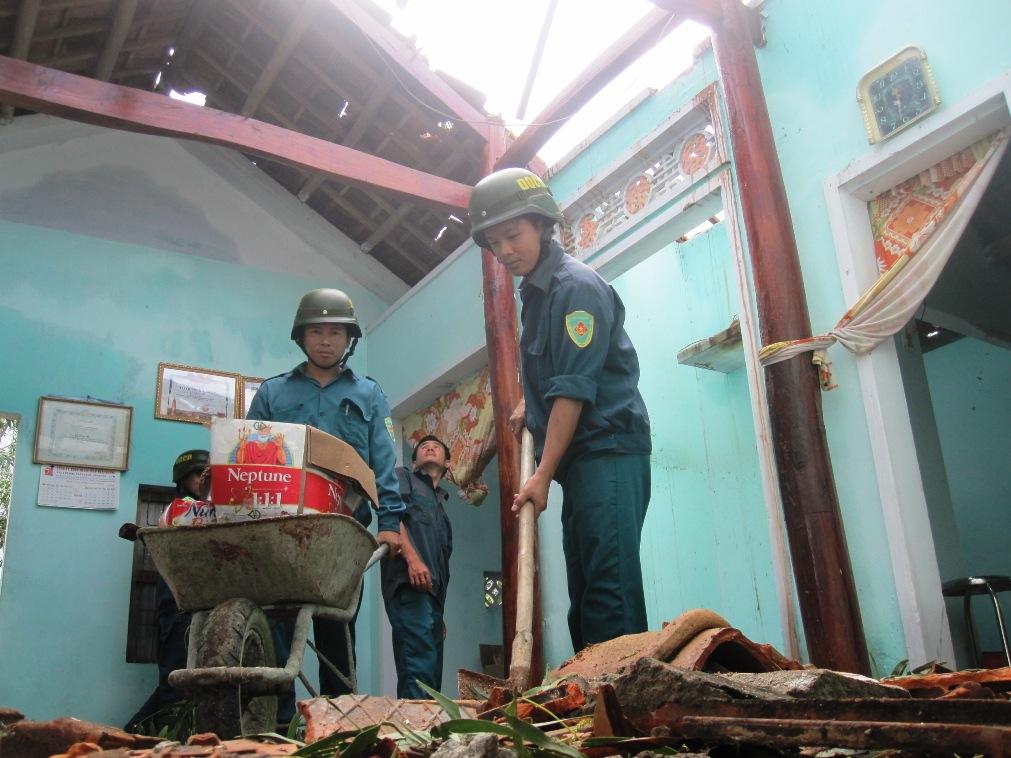 Hỗ trợ người dân sửa chữa nhà cửa. Ảnh: HOÀI NHI