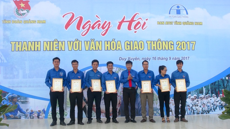 Anh Nguyễn Xuân Đức - Phó Bí thư Tỉnh đoàn, Chủ tịch Hội LHTN Việt Nam tỉnh phát biểu tại ngày hội. Ảnh: VINH ANH