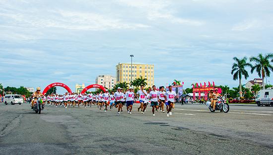 Giải Việt dã truyền thống Báo Quảng Nam lần thứ XX - 2016 diễn ra sôi nổi, hấp dẫn.Ảnh: PHƯƠNG THẢO