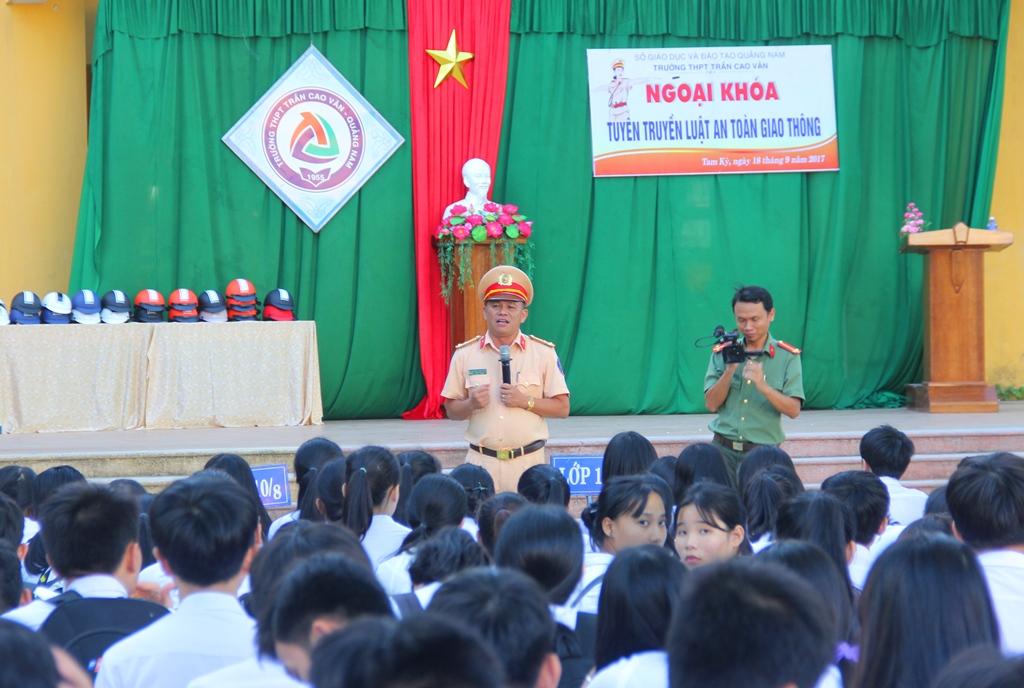 Thượng tá Phan Xuân Hồng - Phó Phòng PC67 tuyên truyền các nội dung tại buổi ngoại khóa. Ảnh: ALĂNG NGƯỚC