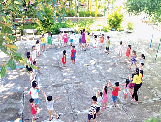 Học sinh Trường Mầm non 24.3 vui chơi ngoài sân trường.Ảnh: QUANG VIỆT