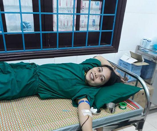 Nhân viên y tế của trung tâm hiến máu cấp cứu người bệnh.