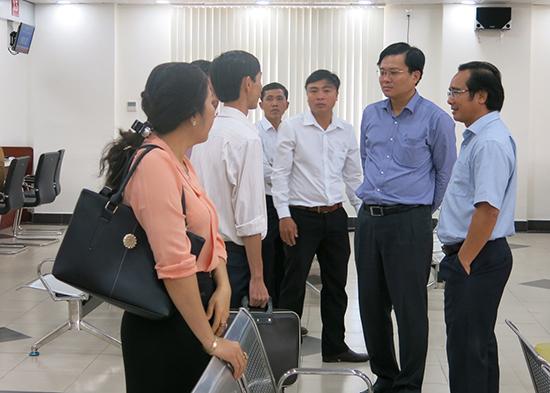 Đoàn cán bộ UBND tỉnh Long An đến tham quan và học tập kinh nghiệm tại trung tâm hành chính công vào tháng 5.2017.Ảnh: T.DŨNG