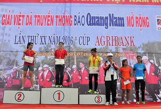 Có đến 4/5 VĐV nhận giải thưởng tại giải Việt dã Báo Quảng Nam năm 2016 đã giành huy chương tại SEA Games 29 (kể từ trái sang: Lò Thị Thanh, Phạm Thị Huệ, Nguyễn Thị Oanh, Phạm Thị Hồng Lệ, Hoàng Thị Thanh).  Ảnh: TƯỜNG VY