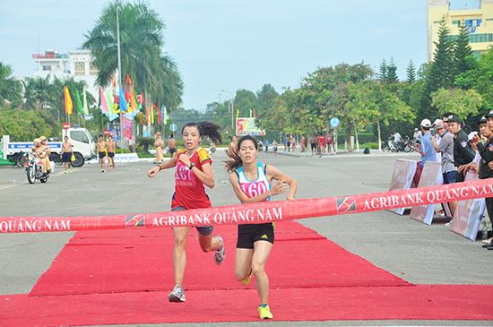 VĐV Phạm Thị Huệ (bên phải, Trung tâm Huấn luyện quốc gia Hà Nội) và VĐV Lò Thị Thanh (Trung tâm Huấn luyện quốc gia Đà Nẵng) lại có dịp đua tài tại giải Việt dã Báo Quảng Nam năm 2017. Ảnh: TƯỜNG VY
