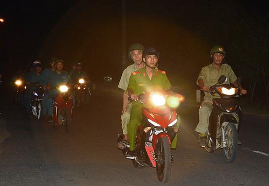 Dân quân thường trực phường An Sơn tham gia tuần tra, kiểm soát địa bàn. Ảnh: D.L