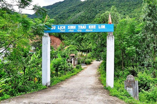 Đường vào khu du lịch sinh thái Khe Lim. Ảnh: H.L