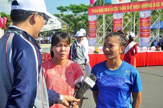 Nguyễn Thị Oanh (phải) và Phạm Thị Huệ trả lời phỏng vấn báo chí tại giải việt dã.