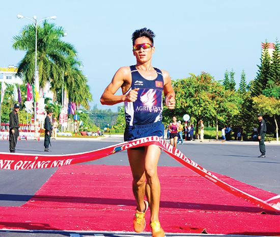 Nhà vô địch SEA Games 29 Phạm Tiến Sản băng băng về nhất cự ly 10.000m nam.