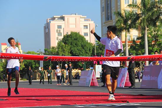 """VĐV Đặng Thanh Hải giơ ngón tay cái theo biểu tượng """"like"""" để động viên đồng đội nỗ lực hoàn thành chặng đua."""