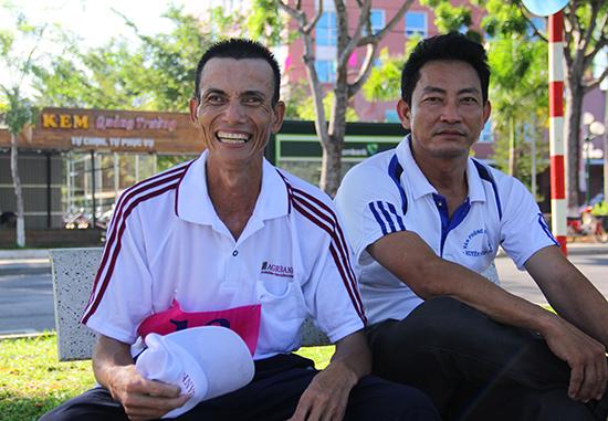 VĐV Hoàng Thanh Tùng (bên trái, đơn vị TP.Tam Kỳ) vẫn nhiệt tình tham gia giải Việt dã Báo Quảng Nam dù tuổi đã U50.
