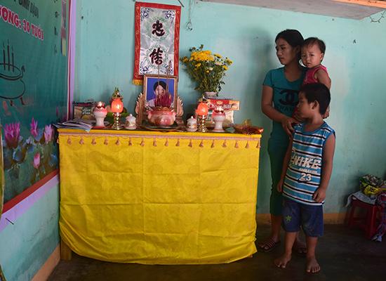 Chị Trang cùng 2 đứa con nhỏ đang rất cần sự sẻ chia của cộng đồng. Ảnh: THANH THẮNG
