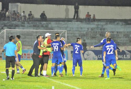 Niềm vui của đội Quảng Nam sau khi Thanh Trung ấn định chiến thắng 2-1 trước Hải Phòng. Ảnh: T.Vy