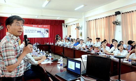 Trại hè nghiên cứu khoa học quốc tế do Trường Đại học Duy Tân phối hợp với Hội đồng Anh tổ chức năm 2016. Ảnh: T.S